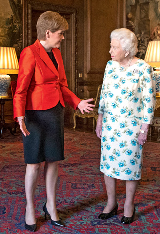 Nicola Sturgeon mit Queen Elisabeth - Foto: Jane Barlow/WPA Pool/Getty Images