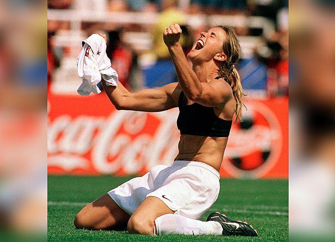 Fußballerin Brandi Chastain im Siegestaumel - das Bild von 1999 zeigt erstmal einen neuen Typus Frauenkörper.