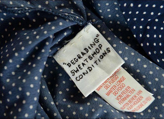 """""""Unwürdige Arbeitsbedingungen in dem Ausbeuterladen"""" steht auf dem Etikett."""