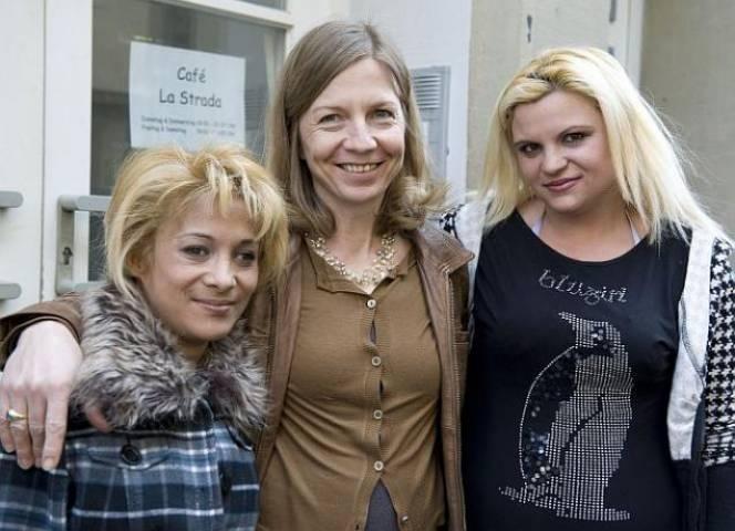Sabine Constabel mit zwei der von ihr betreuten Frauen. - © B. Flitner
