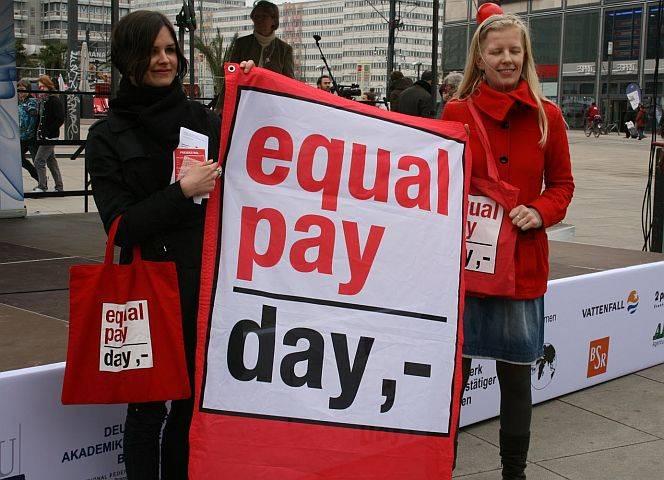 Protest für gleichen Lohn auf dem Berliner Alex. - © Julia Witt