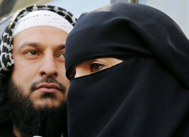Lies Hebbadj und seine vollverschleierte Ehefrau Anne Hebbadj waren Auslöser für das Burka-Verbot..
