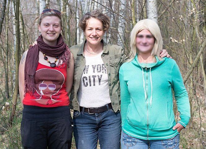 Fotografin Bettina Flitner mit Streetworkerin Petra und Jana.