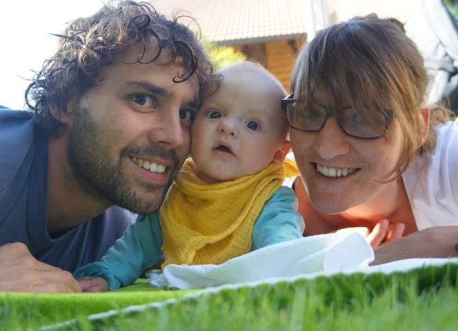 Pascal und Eva-Maria Furgler mit ihrem Sohn Santiago.