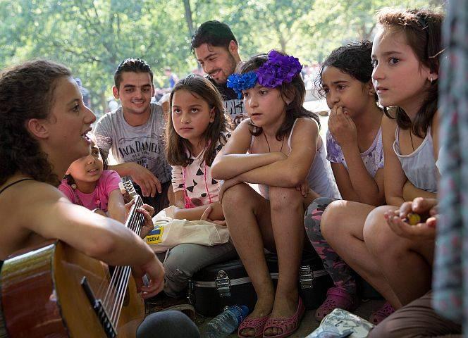 Frauen helfen Flüchtlingen. Foto: Christian Mang/imago