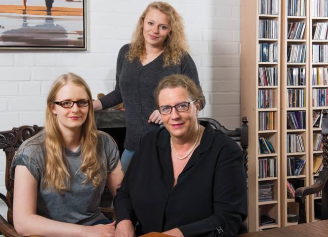 Reina Becker mit ihren beiden Töchtern. - Foto: Thomas Grothmann