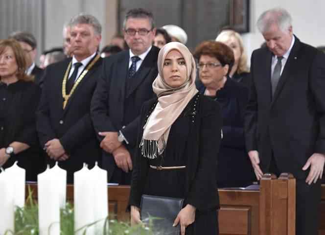 Die Sprecherin des Muslimrates auf der Münchner Trauerfeier. - © Angelika Warmuth/dpa