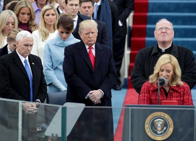 Vizepräsident Mike Pence (li) und Präsident Donald Trump bei der Amtseinführung, es spricht Paula White. © Alex Wong/Getty Images