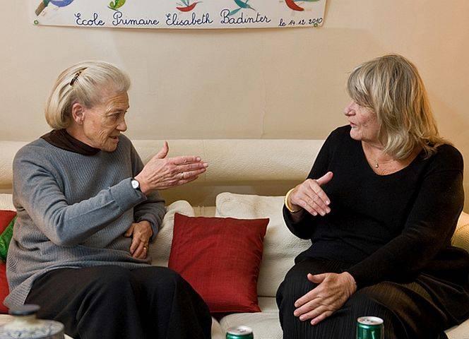 Elisabeth Badinter und Alice Schwarzer im Gespräch in Paris. © Michael von Aulock