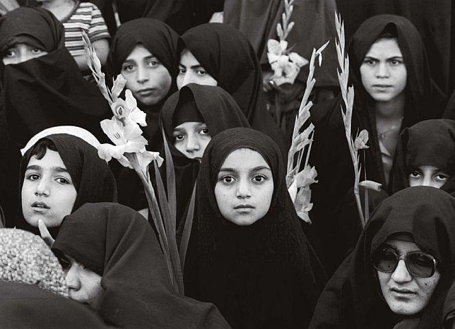 """Feier zum ersten Jahrestag der """"iranischen Revolution"""" aus der Ausstellung """"Fotografinnen an der Front"""", Kunstpalast Düsseldorf"""