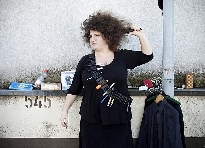 Die wilde Mähne muss wild gehalten werden. Anna Mateur mit ihrem Kreativ-Einsatzgürtel. - Foto: Fabian Stütz