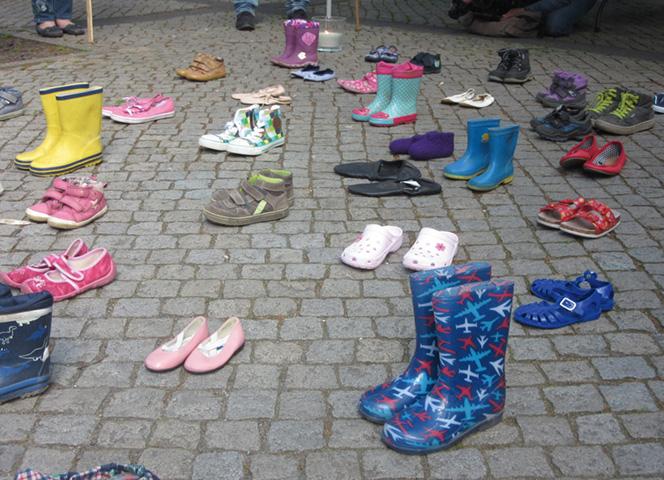"""""""Für die Würde der Kinder"""" - diese Installation aus Schuhen erinnert an die Opfer."""