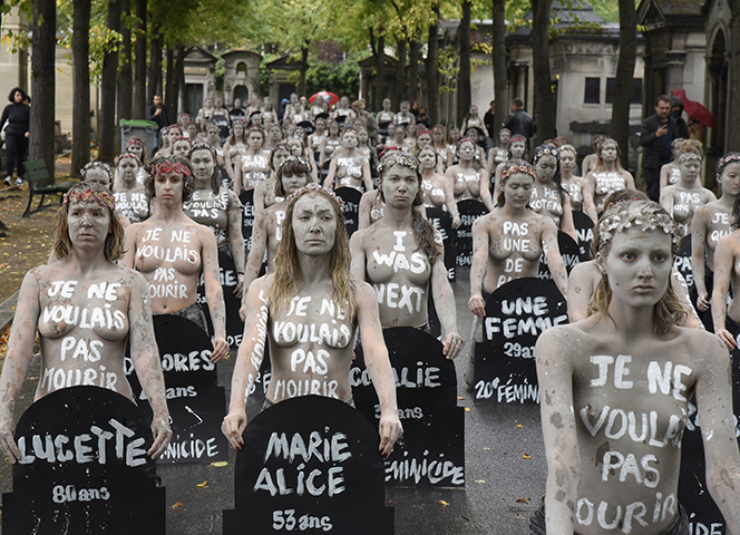 Femen-Aktion auf dem Friedhof Montparnasse für die ermordeten Frauen. - Foto: Patrice Pierrot/dpa