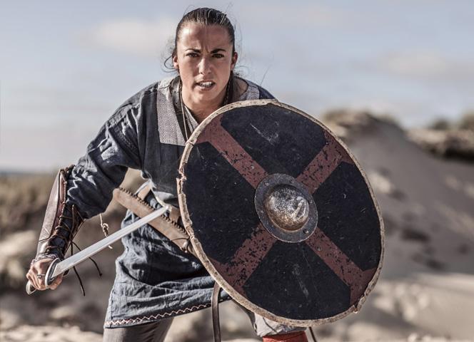 Die Erforschung ihrer Gräber zeigte: Bei den Wikingern waren unter den Kriegern auch Frauen. - Foto: Lorado/Getty Images