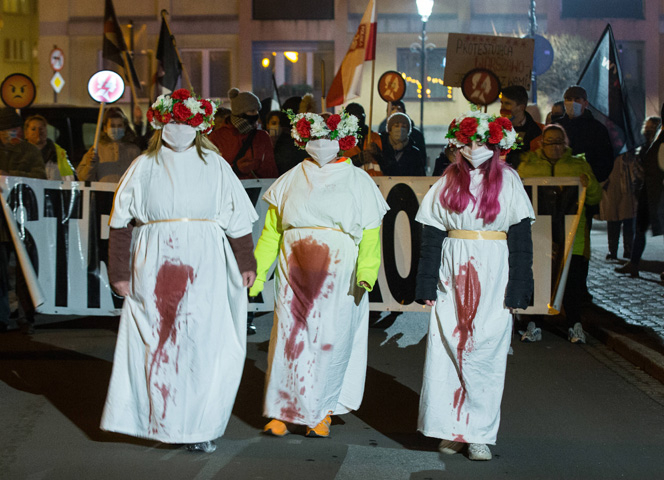 Die Polinnen gehen gegen die Verschärfung der Abtreibungsgesetze auf die Straße. - Foto: Karol Serewis/imago images