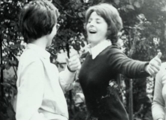 Eva Rieger 1974 auf einer Gartenparty.