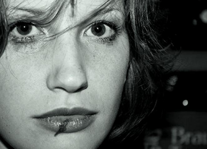 Frauengesicht mit aufgeschlagener Lippe