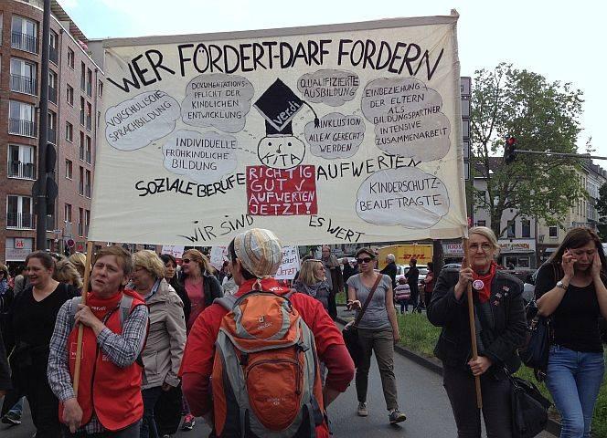 Anja Radloff (li) bei der Demo in Köln