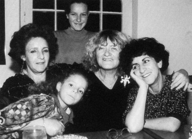 Alice Schwarzer mit ihrer algerischen Familie.