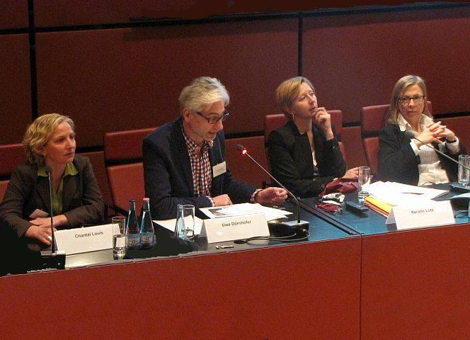 Auf dem Podium: EMMA-Redakteurin Louis, Staatsanwältin Lotz, Sozialarbeiterin Constabel.