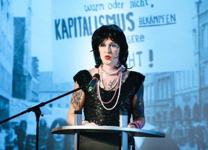 """Patsy l'amour laLove, Herausgeberin des Buches """"Beißreflexe"""". - Foto: Aidshilfe"""