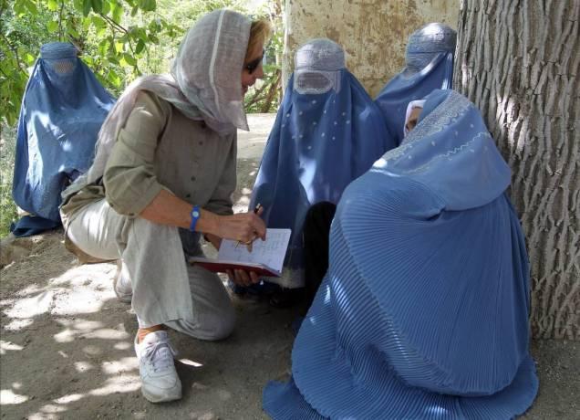 Maria von Welser im Gespräch mit Afghanistannen.