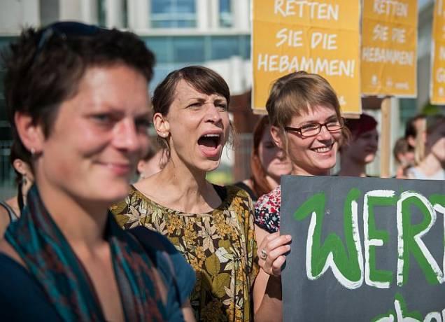 Hebammen-Protest 2013 für mehr Lohn. Jetzt kündigen auch noch die Versicherer. © campact/CC BY-NC 2.0