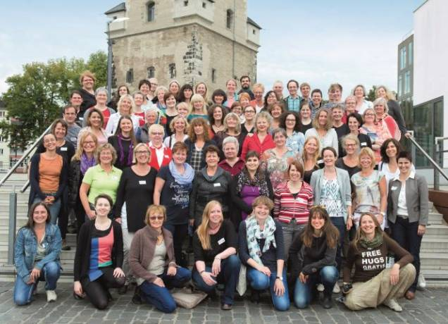 74 EMMA-LeserInnen und 9 EMMA-Macherinnen vor dem Bayenturm.
