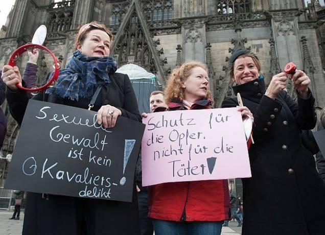 Frauen protestieren vor dem Kölner Dom. Foto: Bettina Flitner