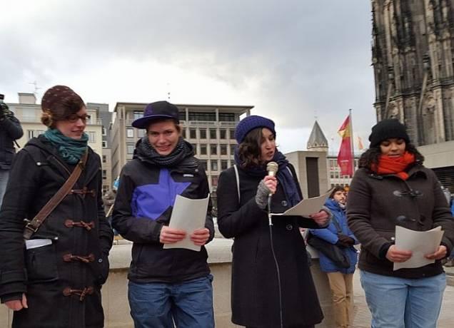 """Alice und EMMA wären """"rassistisch"""", fanden auch diese Frauen in Köln. Foto: WomanWalk/Facebook"""