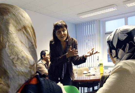 Jugendrichterin Kirsten Heisig im interkulturellen Elternzentrum in Berlin-Neukölln im Gespräch mit türkisch -und arabischstämmigen Müttern. - Foto: Wolfgang Kumm/dpa