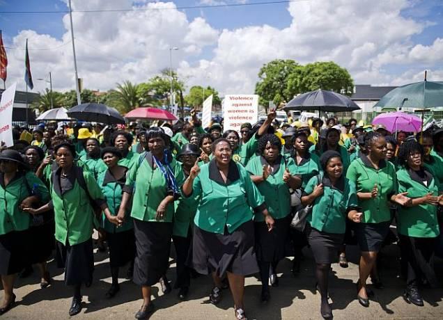 Frauen der ANC Women's League protestieren auf dem Weg zum Gericht.. - © Getty Images