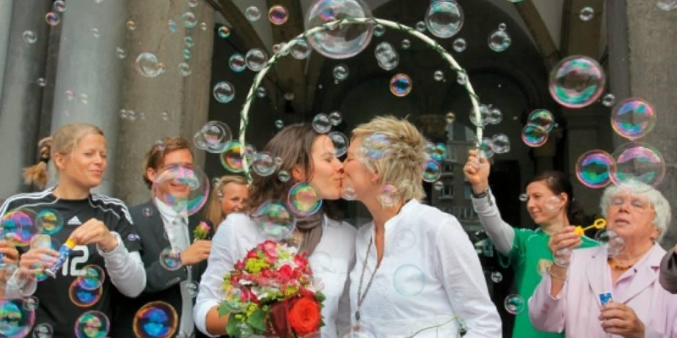 Große schwarze Lesben küssen