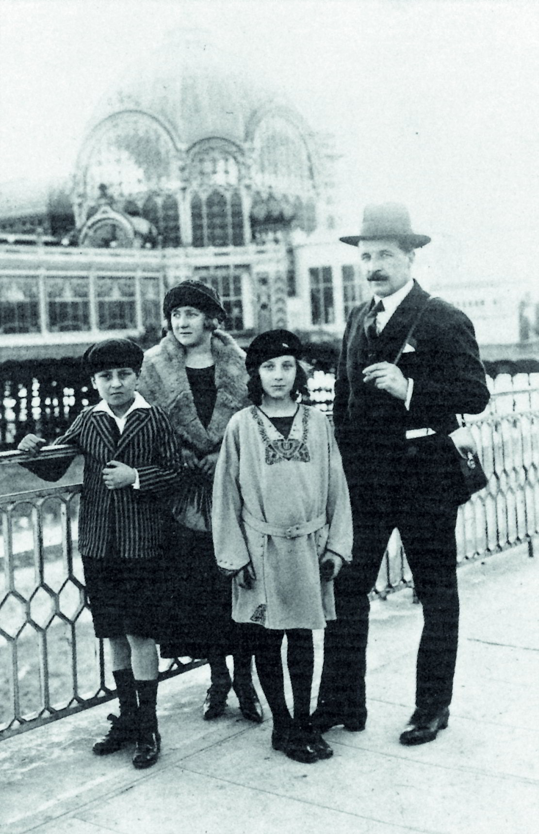 Pierre und Louise mit ihrem Vater und Sadie auf der Pomenade des Anglais in Nitzza, um 1923.