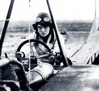 """Melli Beese, hier in ihrer """"Beese-Taube"""", war die erste Frau, die 1911 eine Motorflug-Lizenz erhielt."""