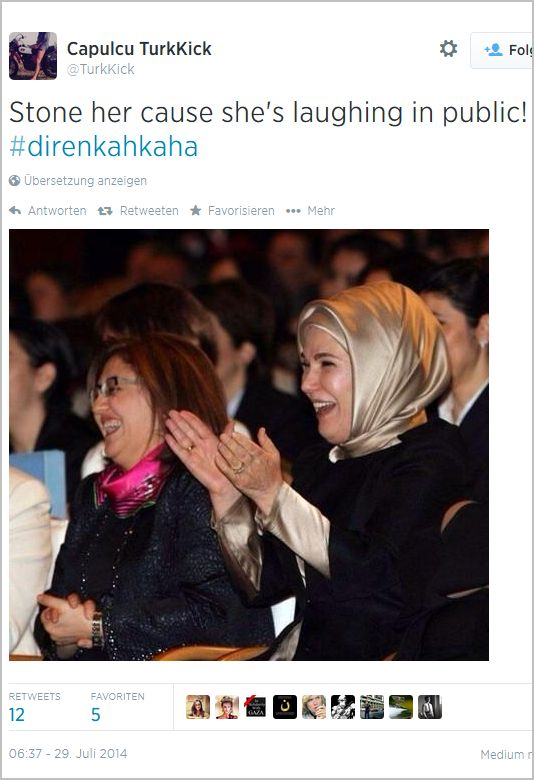 Auch die lachende Ehefrau des Ministerpräsidenten, Emine Erdogan, wurde unter #direnkahkaha getwittert.