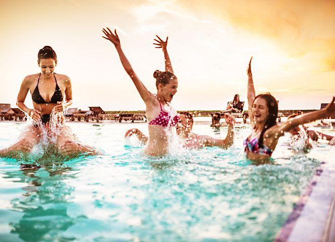 Frauen: Freiwild im Freibad? | EMMA
